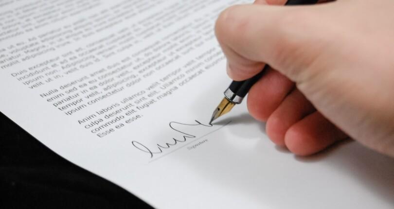 Akt notarialny, jako zwieńczenie sprzedaży mieszkania, domu lub innej nieruchomości. | Biuro Nieruchomości Warszawa